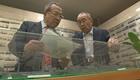 用船を研究する野間恒さん(左)と戦時標準船を研究する豊田繁さん(右)
