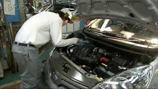 自動車工場の厳(きび)しい検査(けんさ)