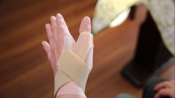 親指 の 付け根 テーピング 巻き 方